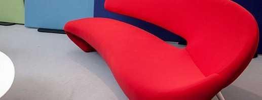 Как освежить интерьер с помощью красного дивана, советы дизайнеров