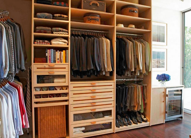 Деревянная гардеробная комната