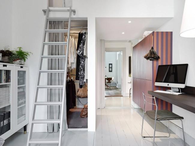 Для мини гардеробных больше подходят раздвижные двери