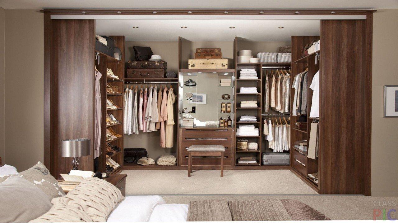 Коричневая гардеробная в спальне