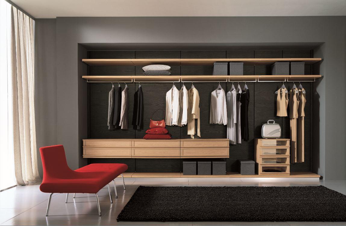 Линейная планировка гардеробной осуществляется вдоль одной стены помещения