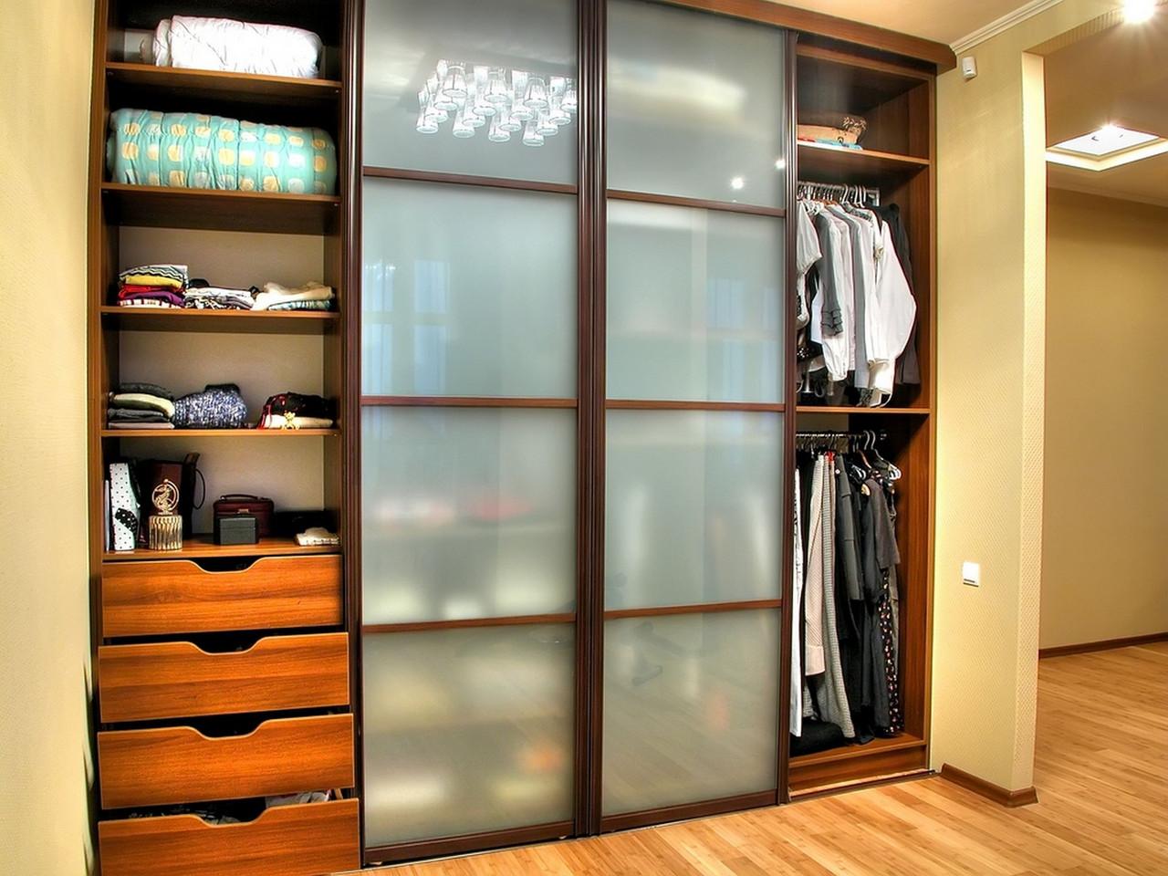Встроенный шкаф в прихожую: описание шкафа-купе для одежды.