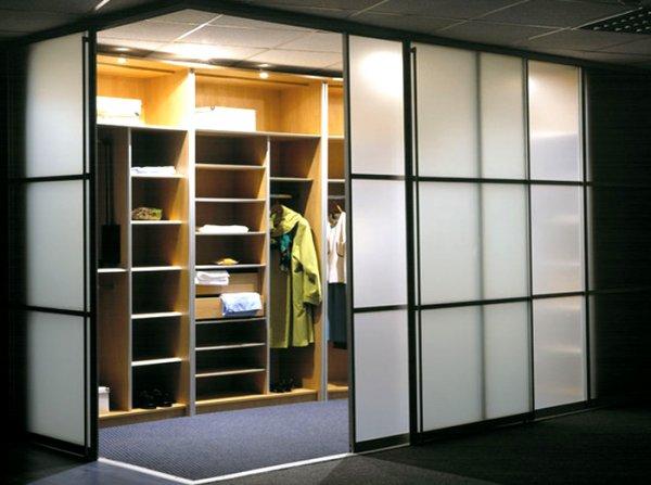 Наполнение гардеробной комнаты выполнено в классическом стиле