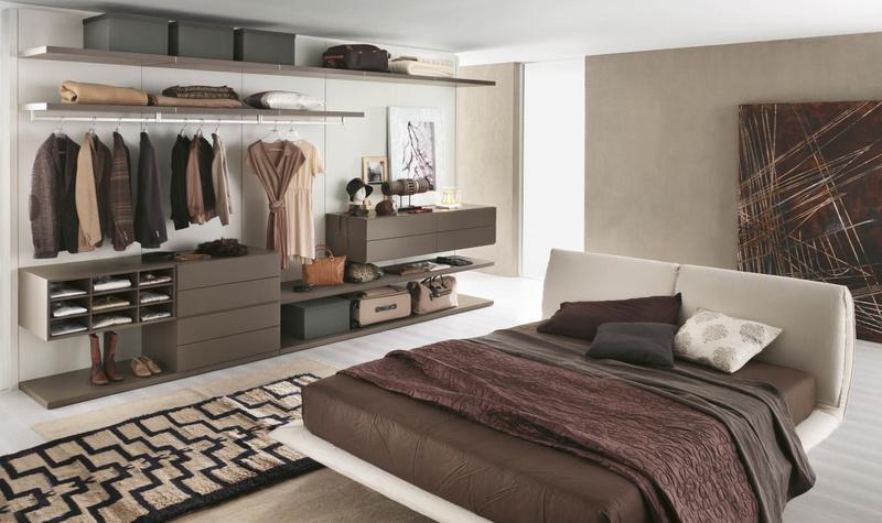 Открытая гардеробная с местом для вещей аксессуаров и декора