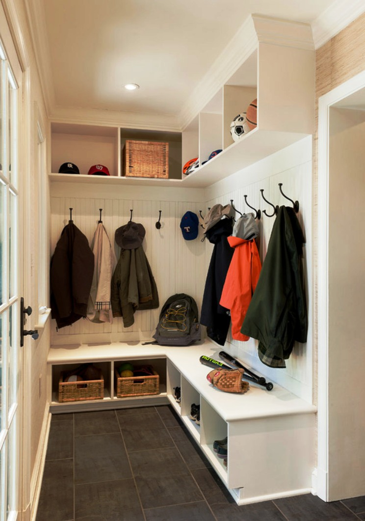 Маленькие гардеробные в коридоре.