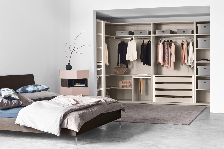 Открытая гардеробная в спальной комнате