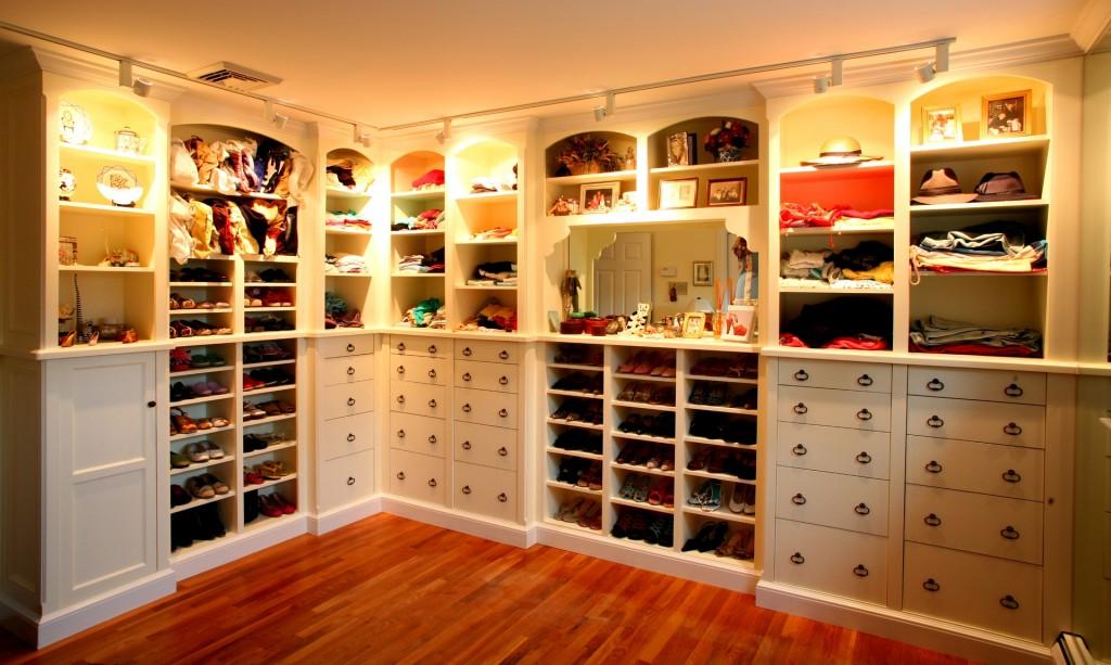 Подсвечивание полок в гардеробной комнате