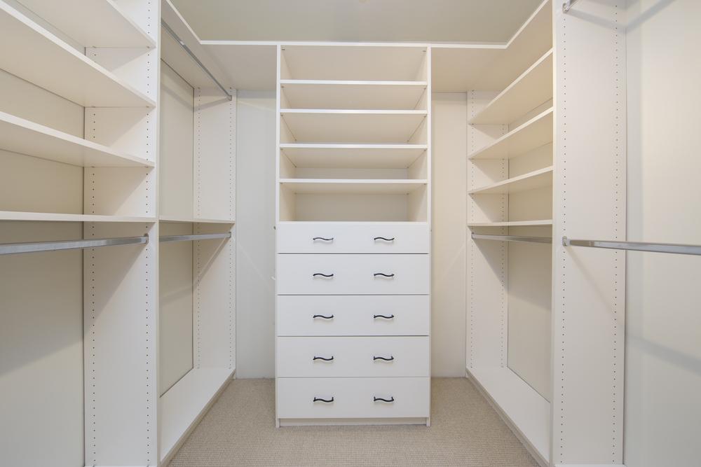 Вариант наполнения гардеробной комнаты