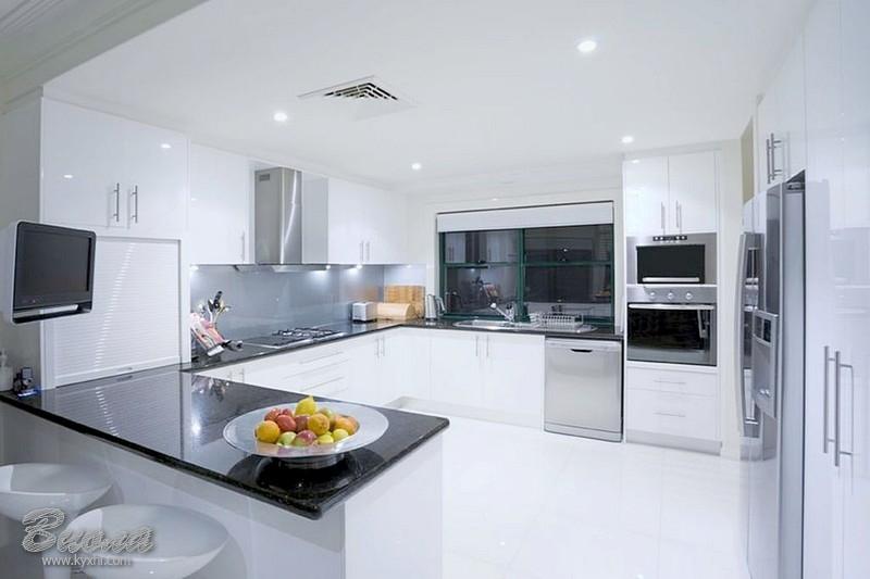 Белая Г образная кухни