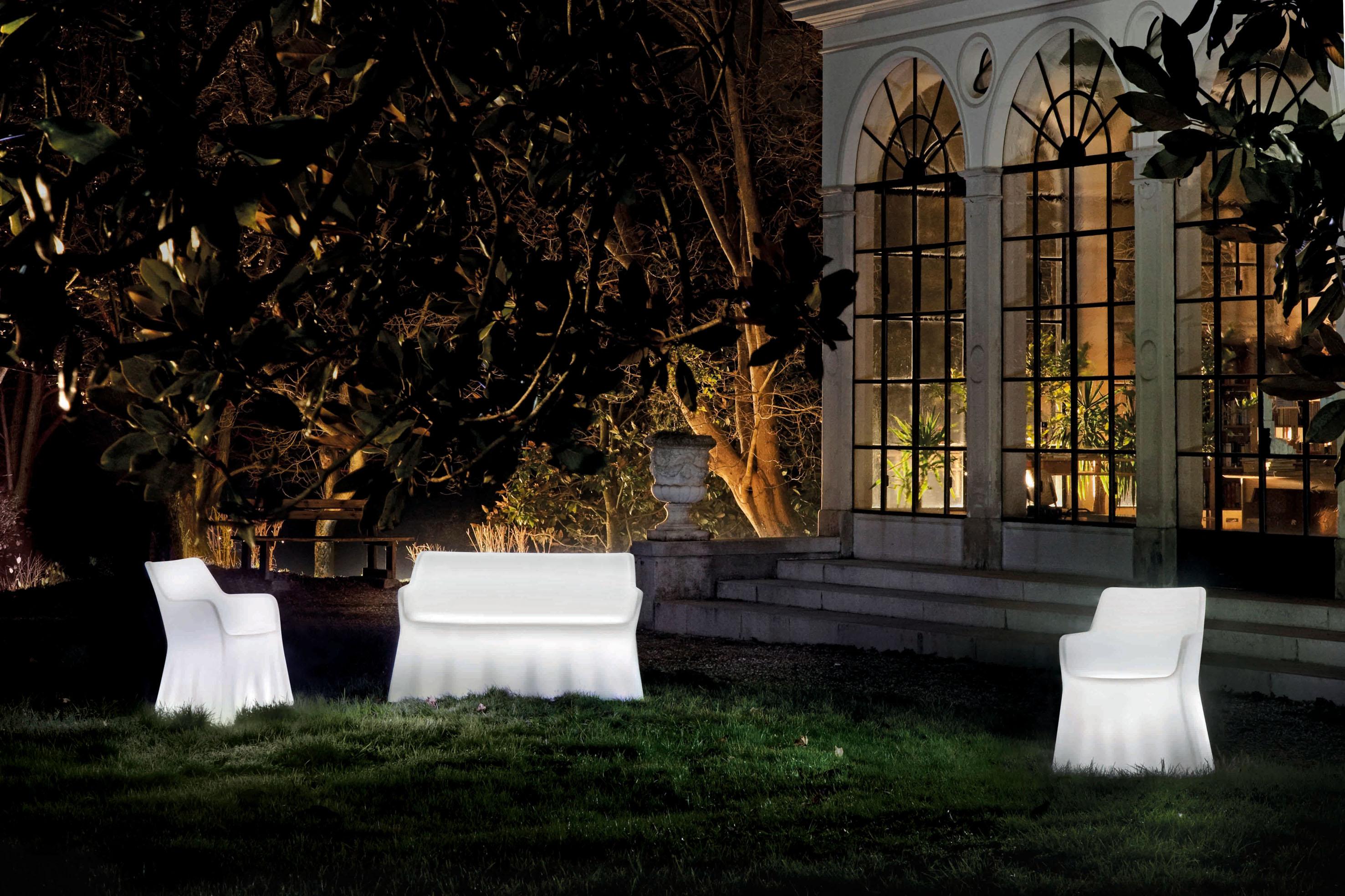 Белая красивая мебель
