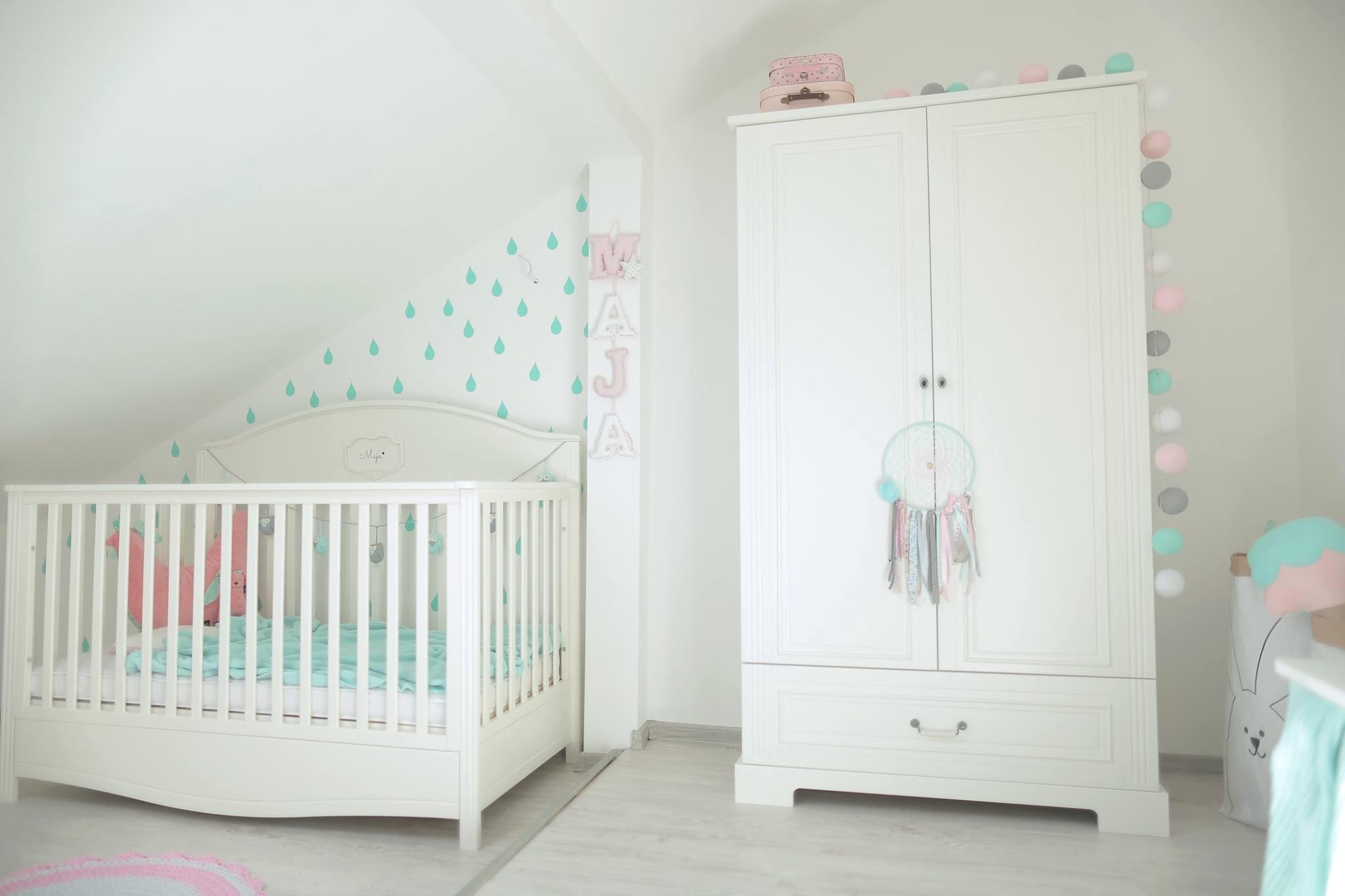 Белая мебель для детской комнаты для маленького ребенка