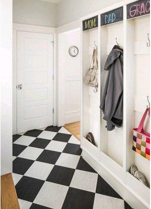 Белая мебель для обустройства коридора в доме