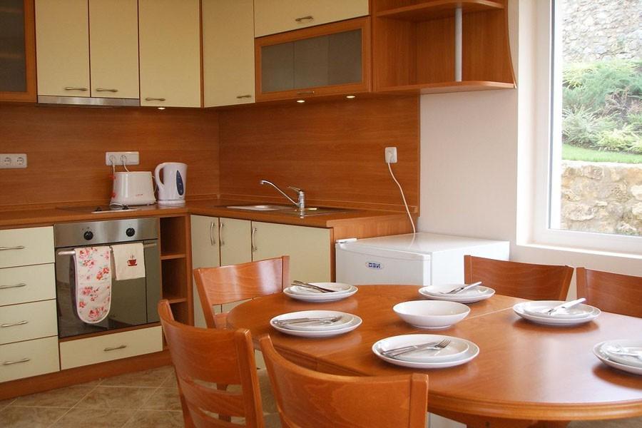 Белая мебель для обустройства кухни в доме