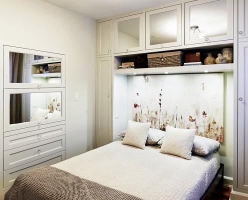 Белая встроенная мебель в спальню