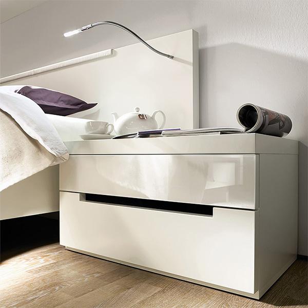 Белые прикроватные тумбы в спальне