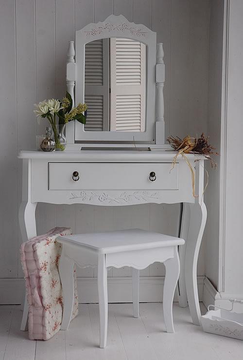 Белый столик в спальне