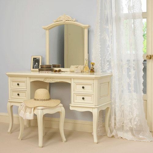 Бежевый столик в спальне