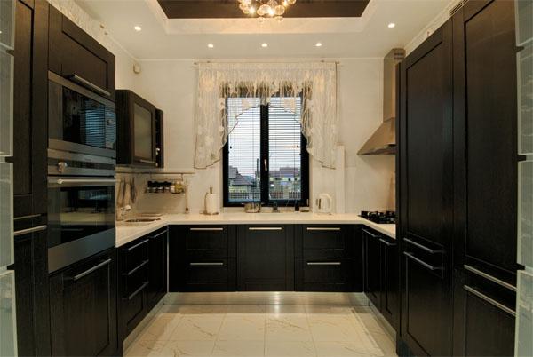 Черная П образная мебель на кухне