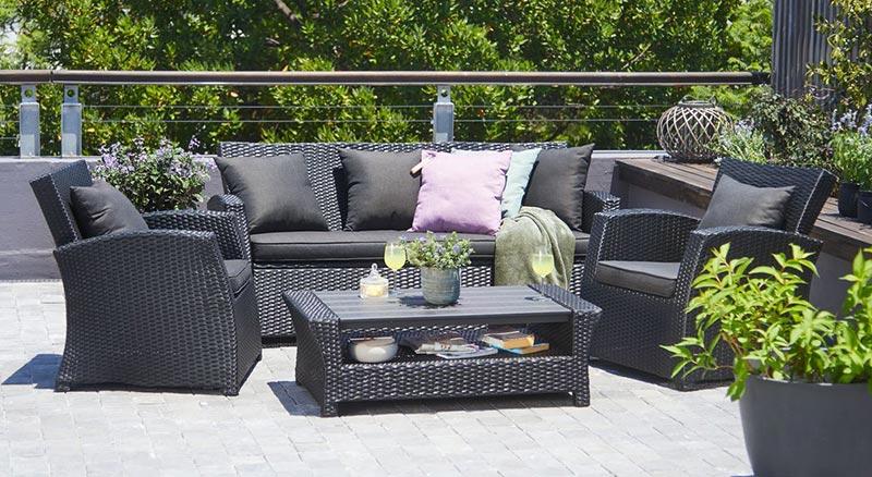 Черная мебель, созданная из ротанга