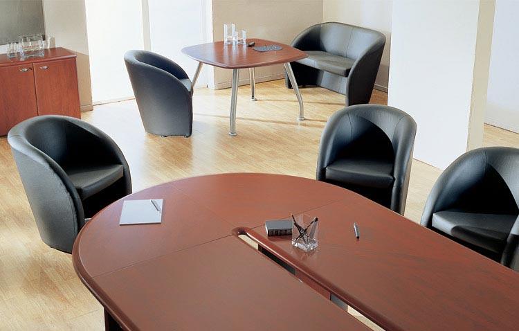 Черная мягкая мебель в офис