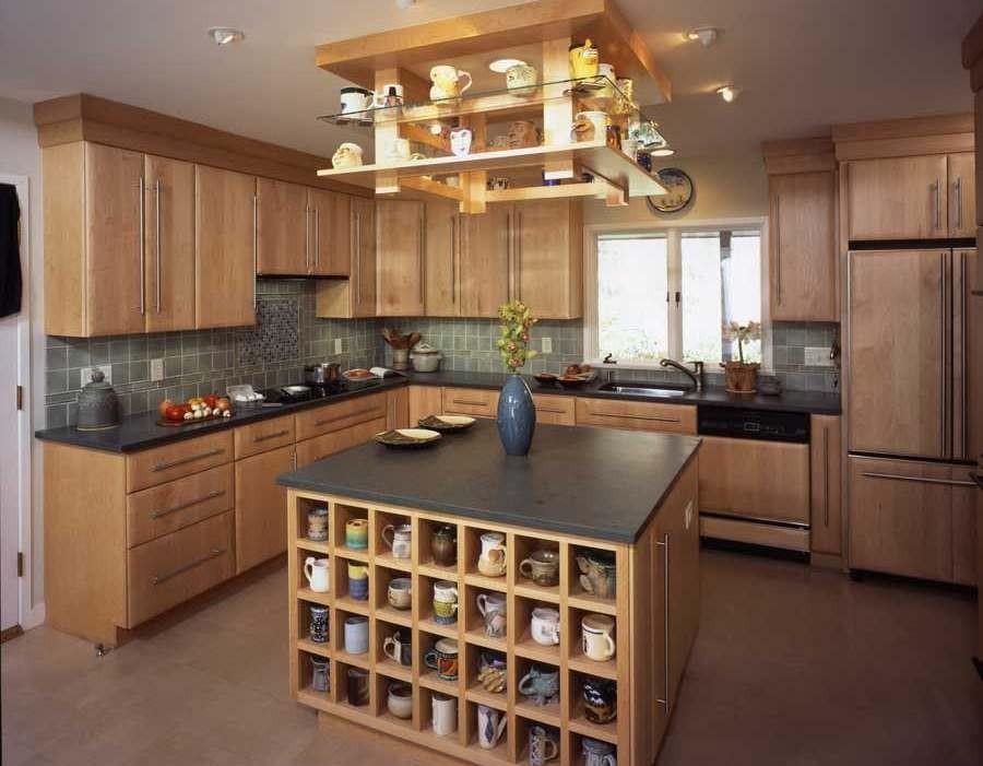 Деревянная мебель для обустройства кухни в доме