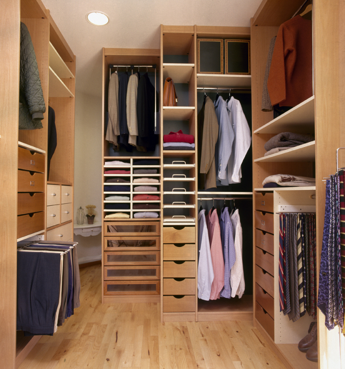 Деревянная мебель наиболее функциональна в гардеробных средних размеров