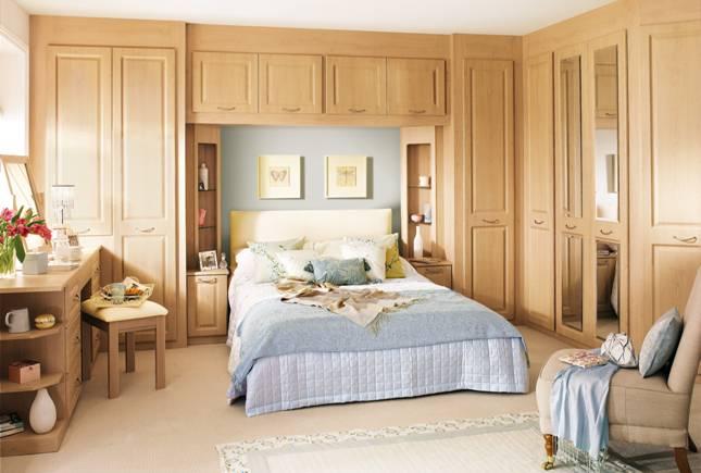 Деревянная встроенная мебель в спальню