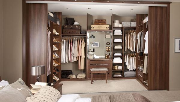 Деревянная закрытая гардеробная комната