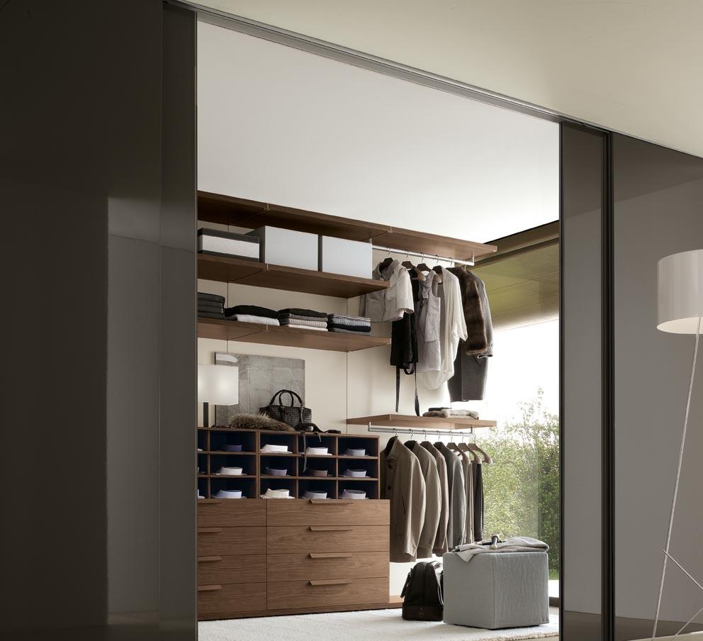 Двери для гардеробной следует подбирать таким образом, чтобы они дополняли интерьер