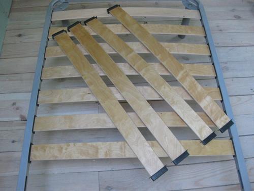 Фиксируется главная планка будущей кровати