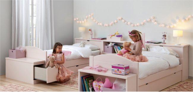 Функциональные кровати с тумбочками и общим изголовьем, расположенные параллельно друг другу