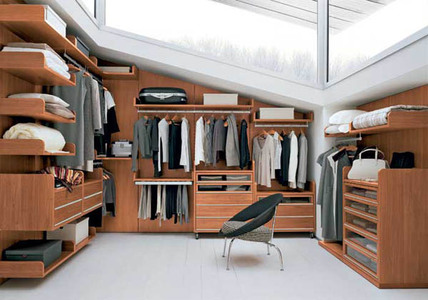 Гардеробная комната на мансарде со скрытым креплением