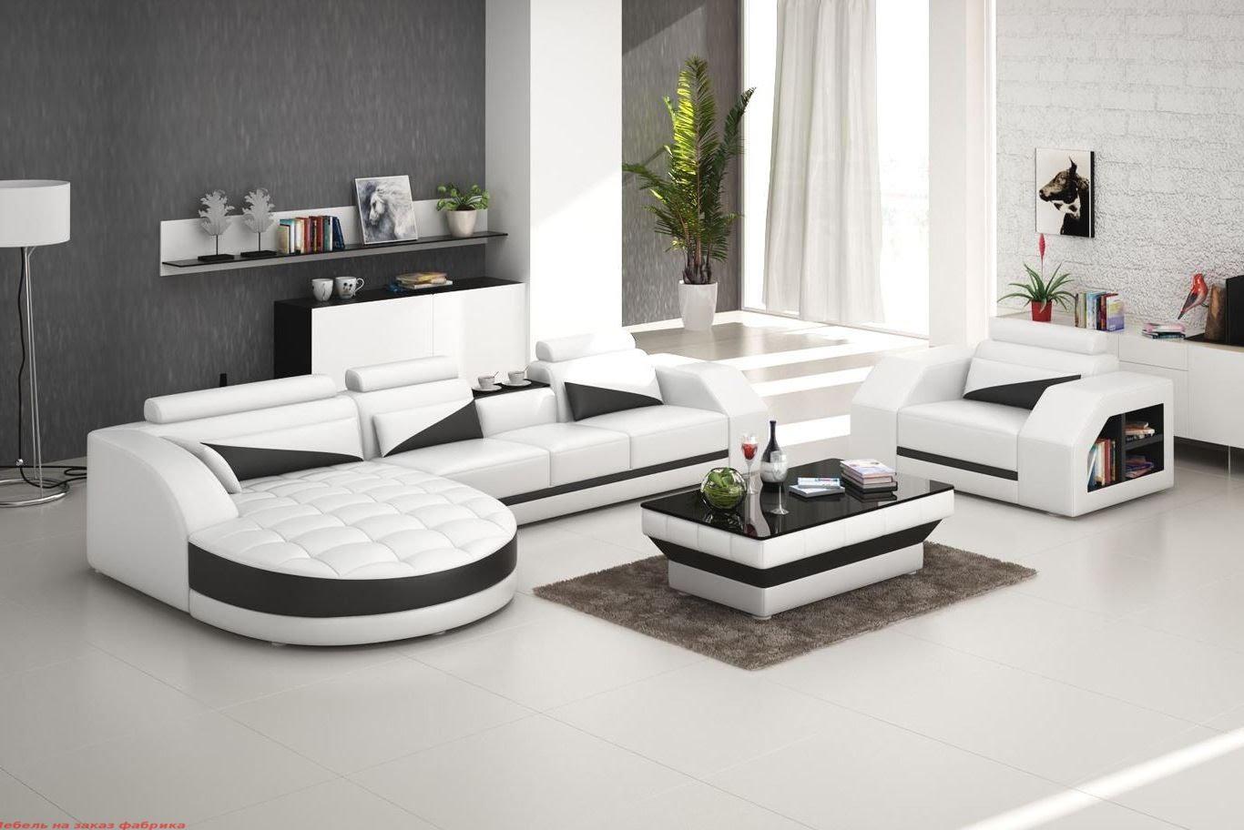 Гостиная комната с мягкой современной мебелью