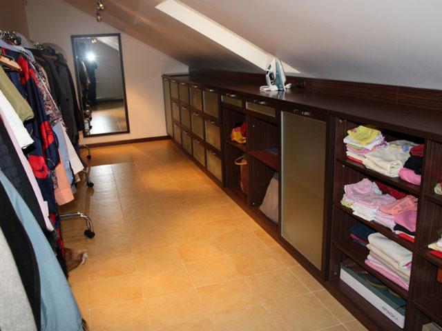 Интерьер гардеробной комнаты в мансарде