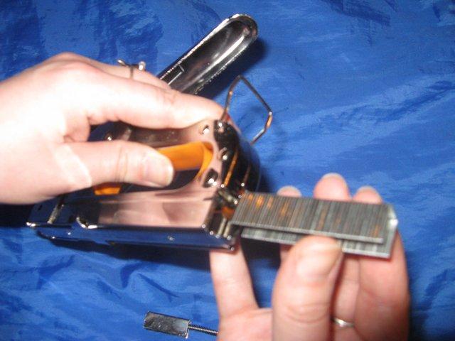 Как зарядить мебельный степлер