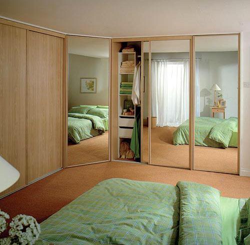 Компактная встроенная мебель в спальню