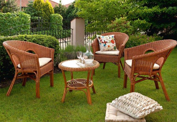 Коричневая красивая мебель на основе пластика для сада