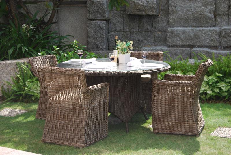 Коричневая садовая мебель на основе ротанга