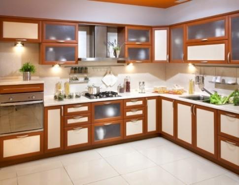Коричневая современная мебель на кухне