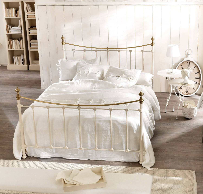 Красивая кровать для спальни в стиле прованс
