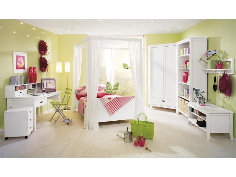 Красивая мебель белого цвета для детской
