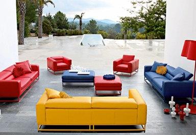 Красивая мягкая мебель в гостиной комнате