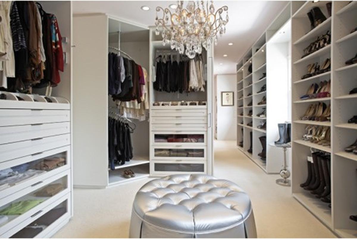Красивая закрытая гардеробная комната