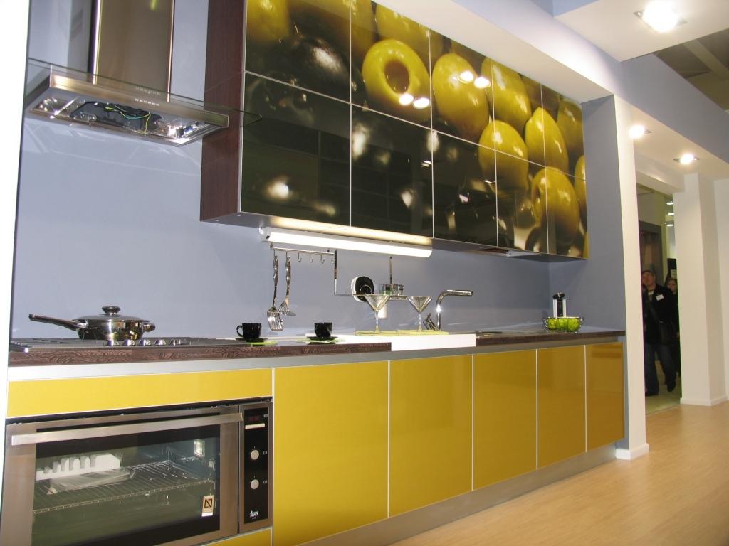 Красивые стеклянные фасады кухни