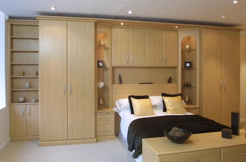 Линейная встроенная мебель в спальню