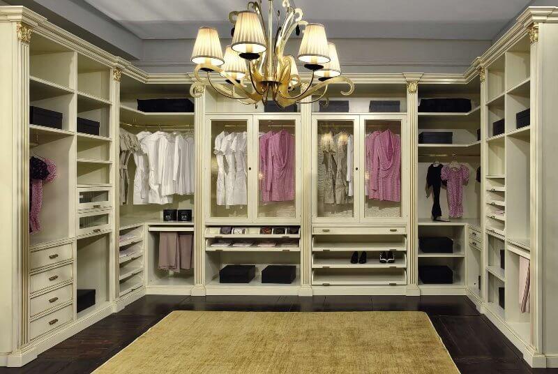 Люстра в центре гардеробной