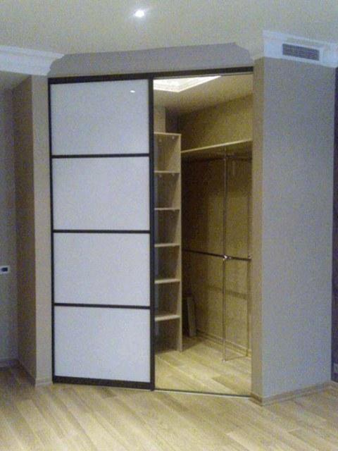 Маленькая гардеробная в спальне углового типа