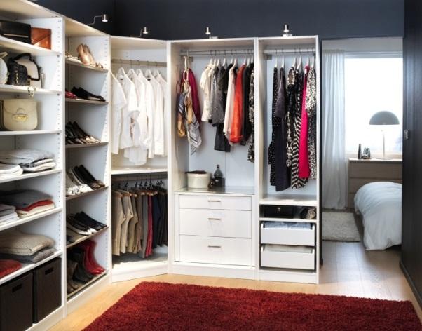 Маленькая угловая современная гардеробная в спальне