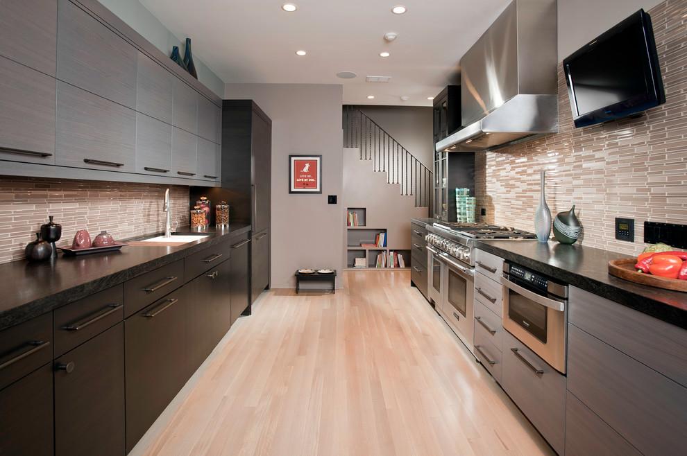 Мебель на кухне в две линии