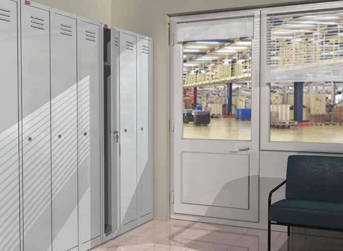 Металлический шкаф для одежды в спортзале